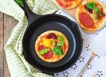 意大利辣味香肠微型薄饼和鸡蛋早餐 库存图片