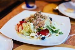 意大利金枪鱼色拉包括圆白菜、蕃茄、橄榄和金枪鱼 库存照片