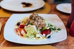 意大利金枪鱼色拉包括圆白菜、蕃茄、橄榄和金枪鱼 库存图片