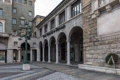 意大利银行办公室,位于老中世纪大厦在贝加莫镇的中心 图库摄影