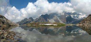 意大利阿尔卑斯; 山湖 库存照片