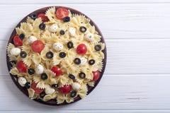 意大利面制色拉用无盐干酪、橄榄和蕃茄 免版税库存照片