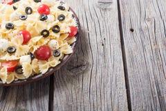 意大利面制色拉用无盐干酪、橄榄和蕃茄 免版税库存图片