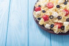 意大利面制色拉用无盐干酪、橄榄和蕃茄 库存图片