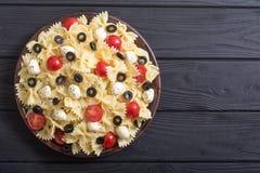 意大利面制色拉用无盐干酪、橄榄和蕃茄 免版税图库摄影