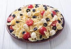 意大利面制色拉用无盐干酪、橄榄和蕃茄 图库摄影