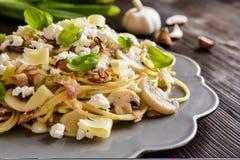 意大利面制色拉用油煎的烟肉、蘑菇、葱和乳酪 库存照片