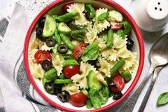 意大利面制色拉用菜青豆、黄瓜、蕃茄和o 库存照片