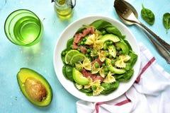 意大利面制色拉用菠菜、鲕梨、盐味的三文鱼和绿豆 顶层 库存照片