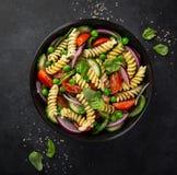 意大利面制色拉用蕃茄、黄瓜、菠菜和grean豌豆 免版税库存图片