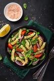意大利面制色拉用蕃茄、黄瓜、菠菜和grean豌豆 图库摄影