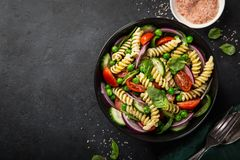意大利面制色拉用蕃茄、黄瓜、菠菜和grean豌豆 库存图片