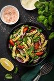 意大利面制色拉用蕃茄、黄瓜、菠菜和grean豌豆 免版税库存照片