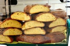 意大利面包在市场上的待售 库存照片