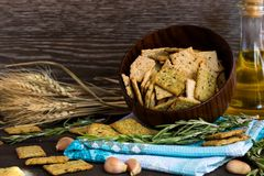 意大利面包油炸马铃薯片用大蒜和迷迭香 库存图片