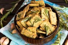 意大利面包油炸马铃薯片用大蒜和迷迭香 免版税库存照片