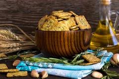 意大利面包油炸马铃薯片用大蒜和迷迭香 图库摄影