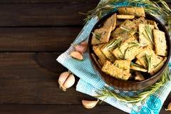 意大利面包油炸马铃薯片用大蒜和迷迭香 免版税图库摄影