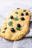 意大利面包focaccia用橄榄、大蒜和薄菏,垂直 图库摄影