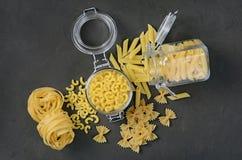意大利面团传统类型和形状在玻璃瓶子的 免版税库存照片