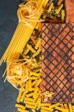 意大利面团和木b未加工的类型和形状的分类  免版税库存照片
