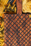 意大利面团和木b未加工的类型和形状的分类  免版税库存图片