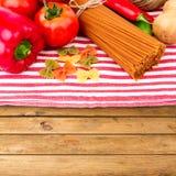 意大利面团和菜 免版税库存照片