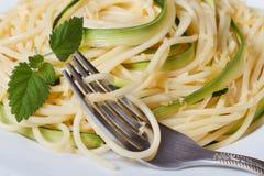 意大利面团意粉用夏南瓜和叉子宏指令 库存照片