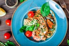 意大利面团意粉用海鲜,海螯虾,淡菜,乌贼,扇贝,虾,帕尔马干酪, 库存照片