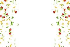意大利面团框架、蕃茄和蓬蒿跌倒在白色背景的,地中海饮食和营养概念 免版税库存图片