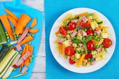 意大利面团清淡的健康沙拉  免版税库存图片
