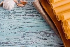 意大利面团烤碎肉卷子 充塞的烹调的成份围拢的充塞未加工的管,乳酪,蕃茄,辣椒拨蒜 免版税库存图片