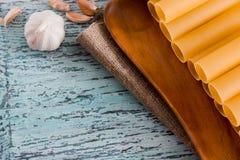 意大利面团烤碎肉卷子 充塞的烹调的成份围拢的充塞未加工的管,乳酪,蕃茄,辣椒拨蒜 库存图片