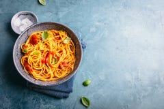 意大利面团用在碗的西红柿酱 库存照片