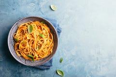 意大利面团用在碗的西红柿酱 库存图片