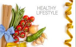 意大利面团用蕃茄、青豆、葱、大蒜和oliv 免版税库存图片