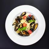 意大利面团用食家贝类、西红柿和草本fo 库存图片