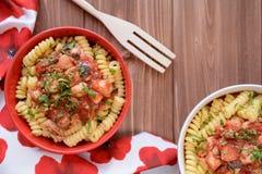 意大利面团用鸡肉和西红柿酱 库存照片