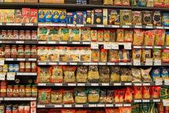 意大利面团的选择在架子的在超级市场泰国模范,曼谷 免版税图库摄影