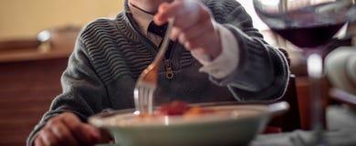 意大利面团盘:蛋意大利细面条用ragu调味汁 免版税库存照片