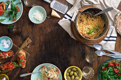 意大利面团,快餐框架结束在木桌上的酒 免版税图库摄影