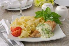 意大利面团-与鸡和奶油沙司的Pappardelle 库存图片