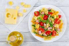 意大利面团fusilli冷的沙拉  免版税库存照片