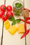 意大利面团paccheri用蕃茄薄菏和辣椒 库存图片