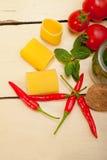 意大利面团paccheri用蕃茄薄菏和辣椒 免版税库存图片
