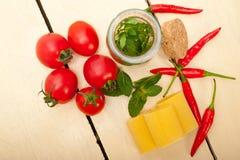 意大利面团paccheri用蕃茄薄菏和辣椒 免版税图库摄影