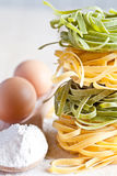 意大利面团tagliatelli、面粉和鸡蛋 免版税库存图片