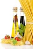 意大利面食、蕃茄、蓬蒿,橄榄油等 免版税库存照片