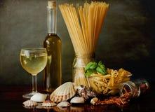 意大利面食与蛤蜊和白葡萄酒的alla marinara 图库摄影