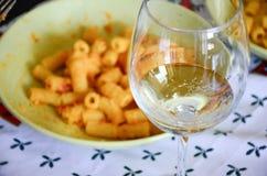 意大利面食和酒 免版税库存照片